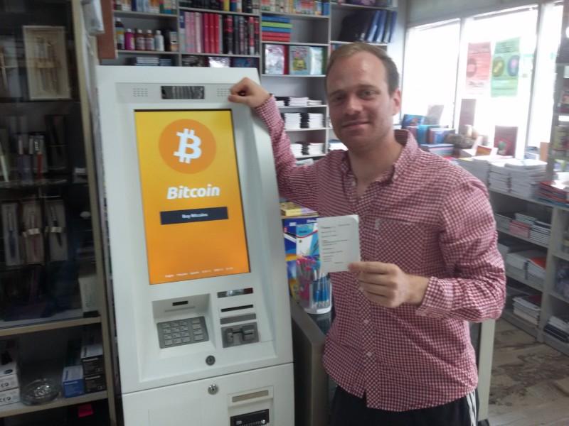 Felix Weis vor einem Bitcoinautomat